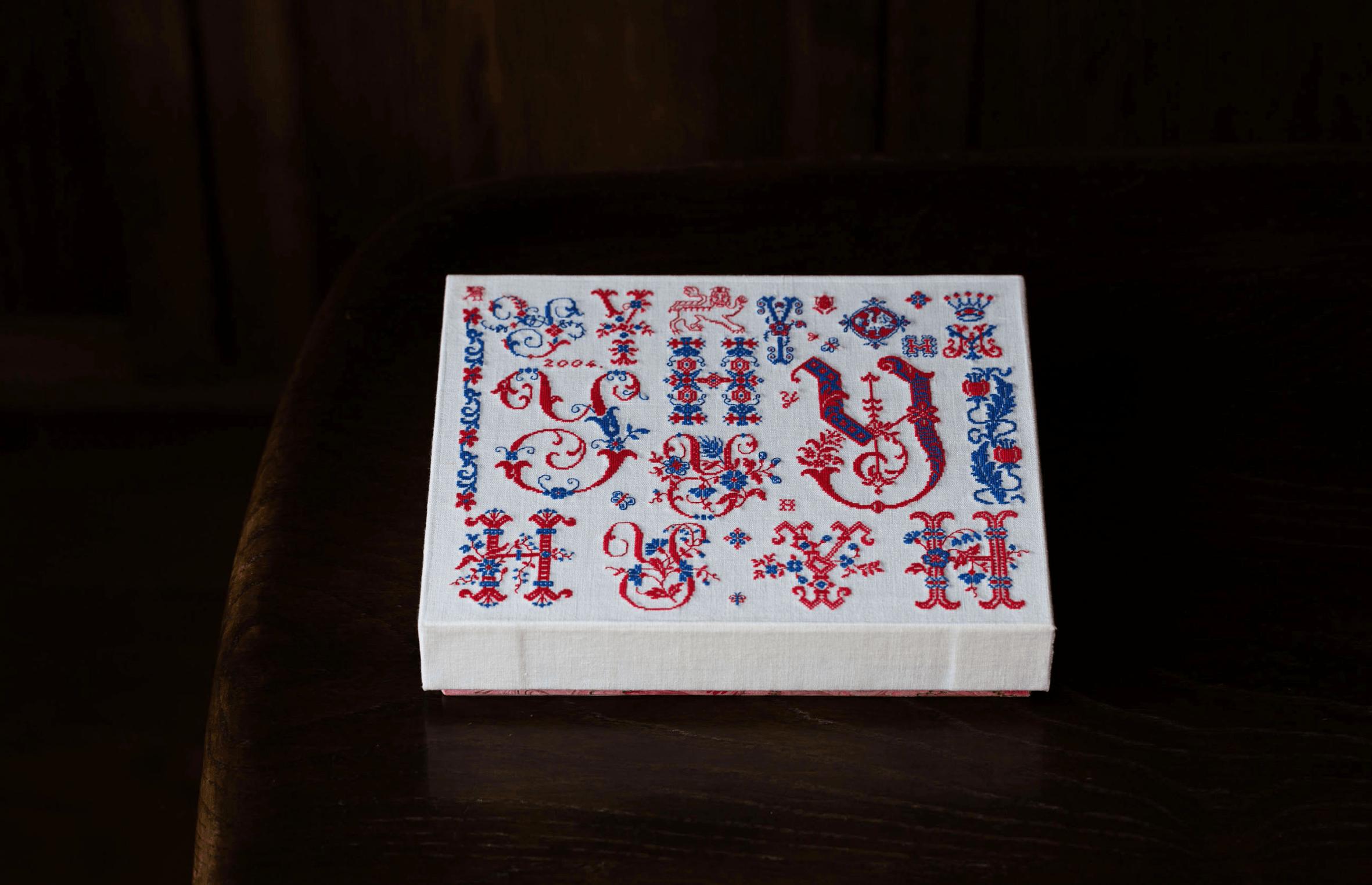 クロスステッチしたアルファベット文字の箱