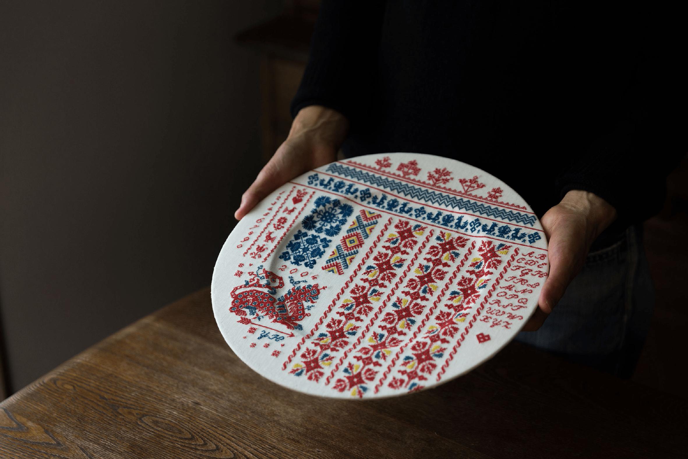 ブルガリアの民族衣装の模様を復刻し、さまざまなモチーフを組み合わせてお皿に クロスステッチ